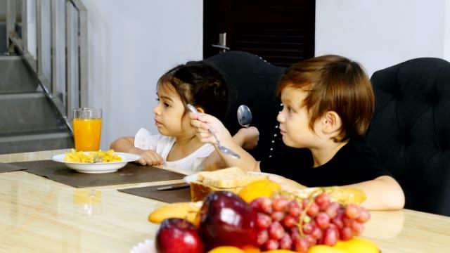 vídeos de stock, filmes e b-roll de família feliz gosto de comer a refeição na mesa da cozinha juntos - happy meal