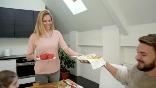 vídeos y material grabado en eventos de stock de familia feliz disfrutando juntos en la hora del desayuno y comunicar en mesa de comedor. - happy meal