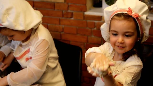 vídeos y material grabado en eventos de stock de familia feliz divertidos niños hornear galletas en la cocina - varón