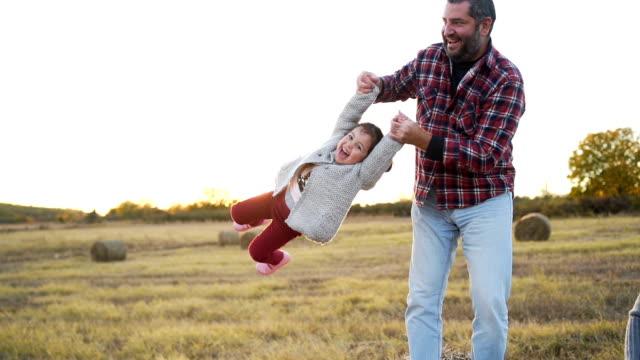 vídeos y material grabado en eventos de stock de familia feliz en un campo de heno - haz de luz
