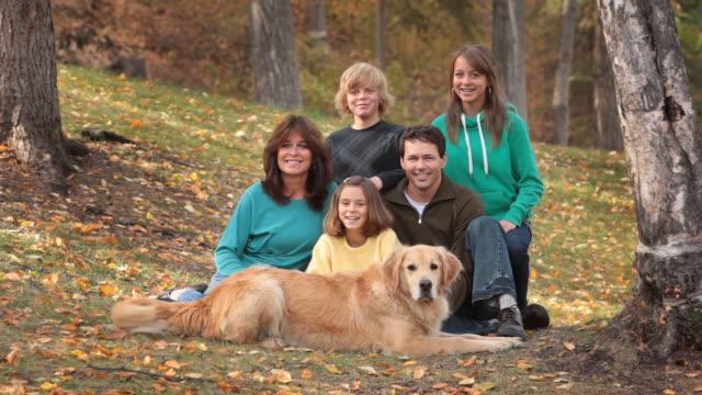 famiglia felice in autunno - cinque persone video stock e b–roll