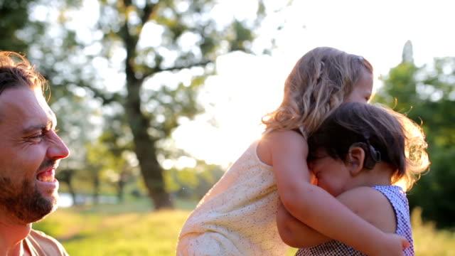 vídeos y material grabado en eventos de stock de familia feliz en la naturaleza - biparental
