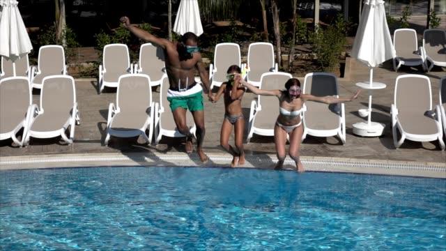 Héhé dans piscine