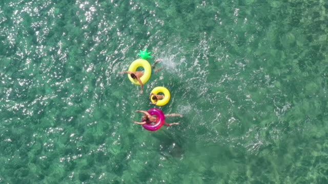 glückliche familie im meer - auf dem wasser treiben stock-videos und b-roll-filmmaterial