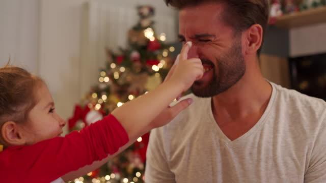 クリスマスクッキーを作る幸せな家族 - マフィン点の映像素材/bロール