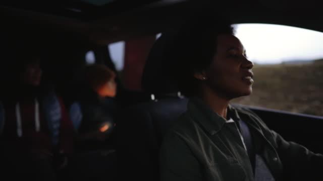 vídeos y material grabado en eventos de stock de feliz familia de tres disfrutando de su tiempo en un coche - evasión