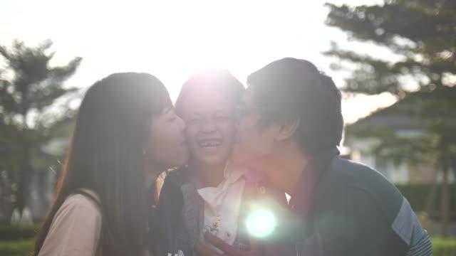 glückliche familie im freien - east asian ethnicity stock-videos und b-roll-filmmaterial