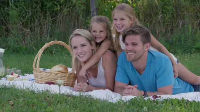 vídeos y material grabado en eventos de stock de retrato de feliz picnic familiar - natural park
