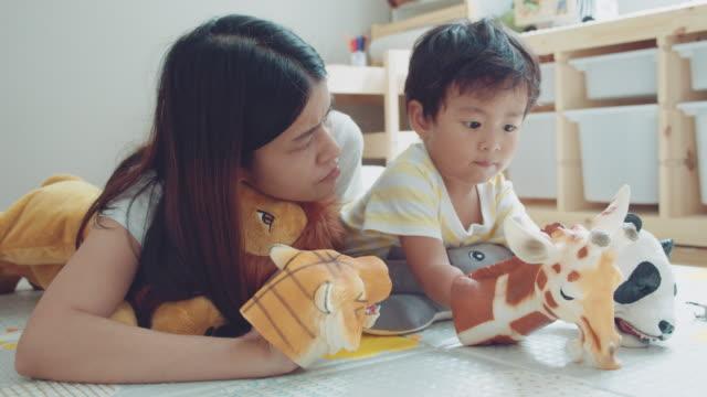vídeos de stock, filmes e b-roll de o jogo feliz da família faz acredita junto. - animal de brinquedo