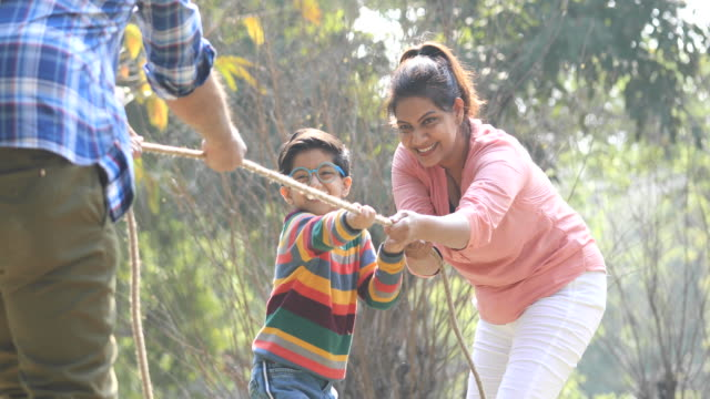 vídeos de stock e filmes b-roll de happy family playing tug of war - india