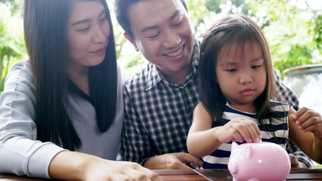vídeos de stock, filmes e b-roll de filha feliz da prática da família que conserva o dinheiro - banknote