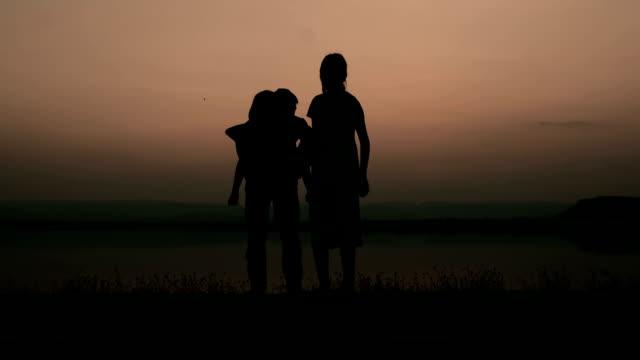 vidéos et rushes de femme enceinte famille heureuse, père et fille au crépuscule - mari