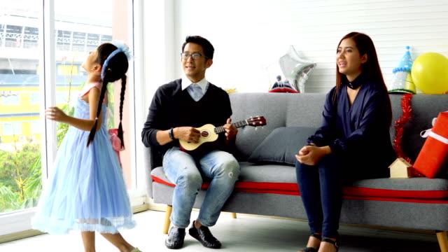 glückliche familie auf sofa vorbereiten, die silvester-party zu feiern. - weihnachtsmütze stock-videos und b-roll-filmmaterial