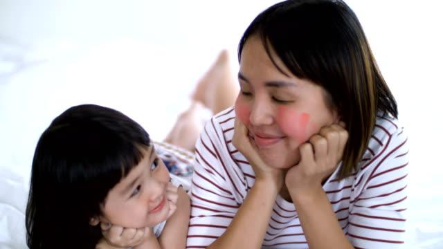 vídeos de stock, filmes e b-roll de família feliz sorrir e rir na cama no seu quarto - saúde dental