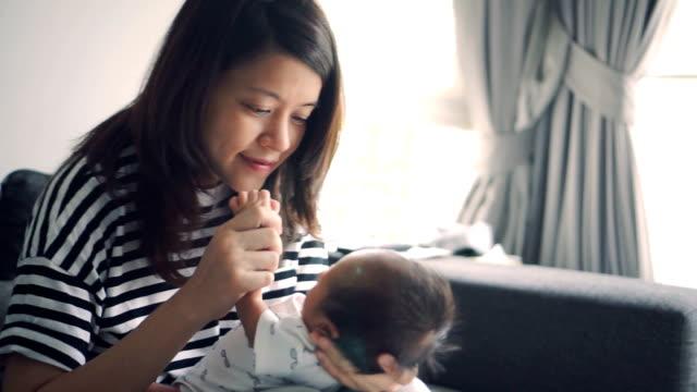 vidéos et rushes de famille heureuse souriant - doigt humain