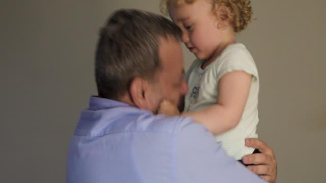 vídeos y material grabado en eventos de stock de familia feliz, hijo un padre jugando y sonriendo - son