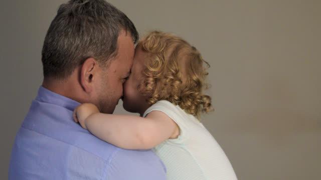 vídeos de stock, filmes e b-roll de família feliz, filho um pai que joga e que sorri - 40 44 anos