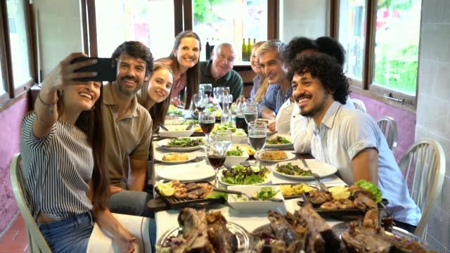 glückliche familie macht ein selfie im restaurant - tischflächen aufnahme stock-videos und b-roll-filmmaterial