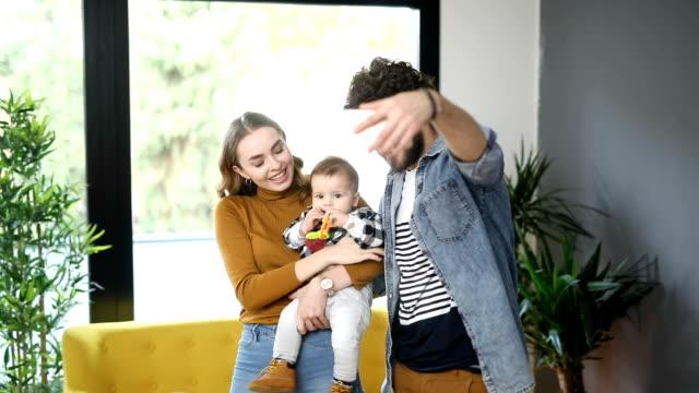 vídeos de stock, filmes e b-roll de selfie tendo família feliz na nova casa - três pessoas