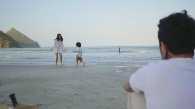 glückliche familienzeit am strand. - resting stock-videos und b-roll-filmmaterial