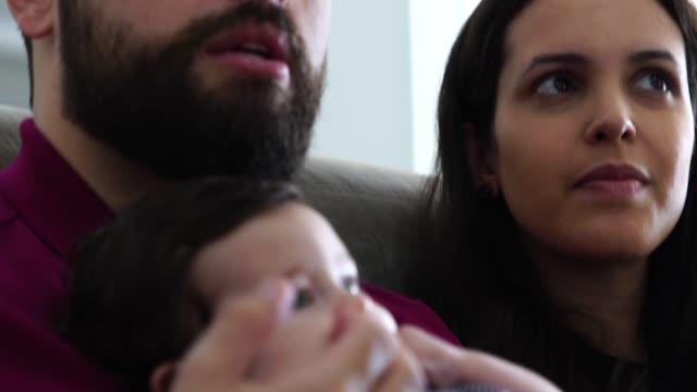 glückliche familie mit ihrem neuen baby zu hause - männliches baby stock-videos und b-roll-filmmaterial