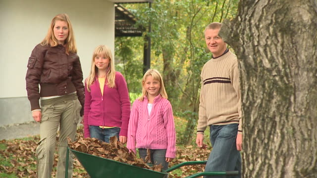 DOLLY HD: Glückliche Familie
