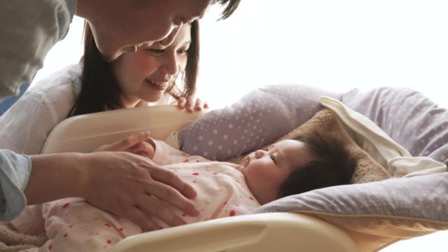 幸せな家族、新生児 - 新しい命点の映像素材/bロール