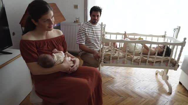 vídeos de stock, filmes e b-roll de família feliz com dois filhos - dois genitores