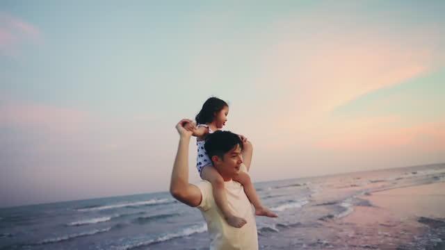 vídeos y material grabado en eventos de stock de feliz padre disfrutar de vacaciones con la hija. - genderblend