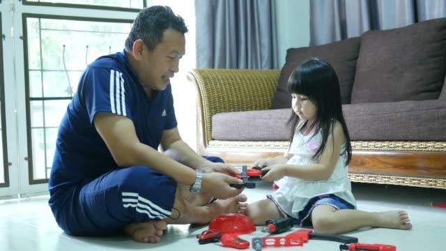 幸せな父娘と遊ぶ