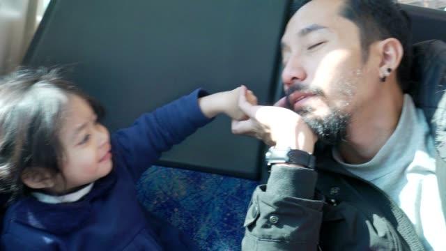 vídeos y material grabado en eventos de stock de feliz padre con niña viajando en tren - asia sudoriental