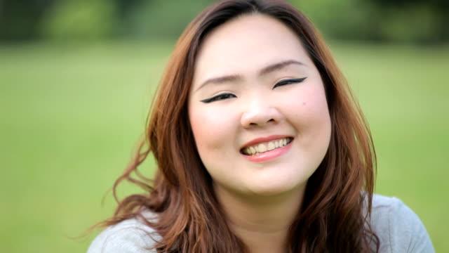 Grassi felice donna in posa all'aperto