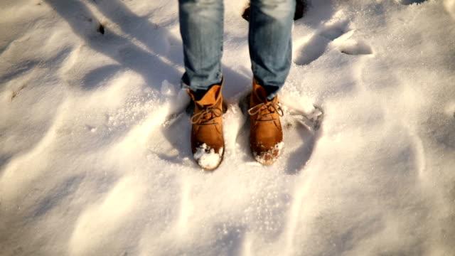 glückliche füße tanzen auf schnee - nass stock-videos und b-roll-filmmaterial