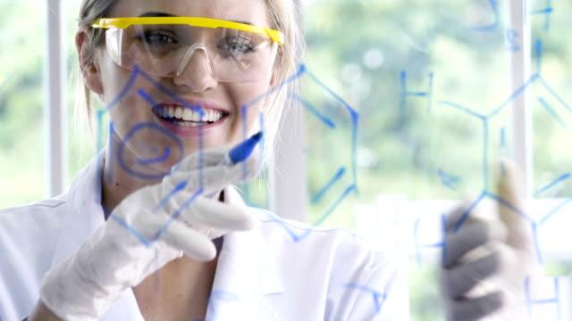 vídeos de stock, filmes e b-roll de fórmula de empates feliz químico feminino - estudante universitária