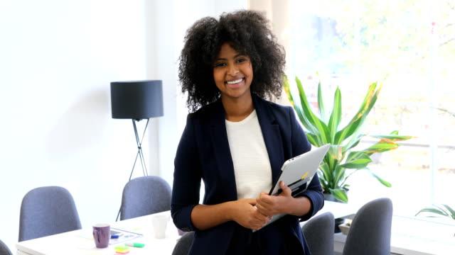 stockvideo's en b-roll-footage met gelukkig vrouwelijke executive met laptop op kantoor - werkneemster