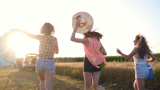 stockvideo's en b-roll-footage met happy female vrienden lopen naar een andere zomer avontuur - in een handdoek gewikkeld