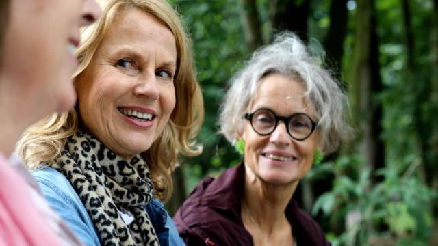 vídeos y material grabado en eventos de stock de amigas felizes hablando en bosque - amistad femenina