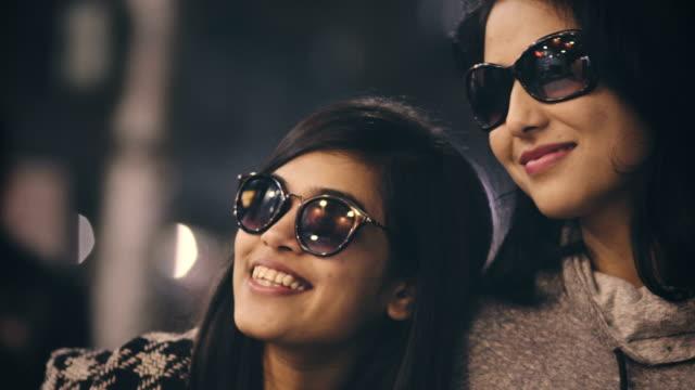 vidéos et rushes de heureux amis femelles ensemble dans le marché. - lunettes de soleil