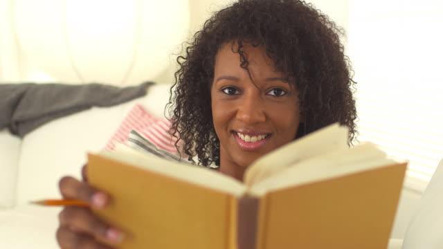 happy female student - endast unga kvinnor bildbanksvideor och videomaterial från bakom kulisserna