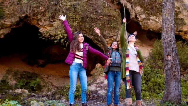 vidéos et rushes de heureux touristes féminines - saluer de la main