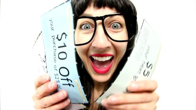 vídeos de stock, filmes e b-roll de feliz mulher com olho de cupons - vale