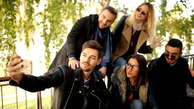vidéos et rushes de heureux visages amicaux - cadrage aux genoux