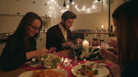 vídeos y material grabado en eventos de stock de amigos felices en la mesa de navidad. - huésped