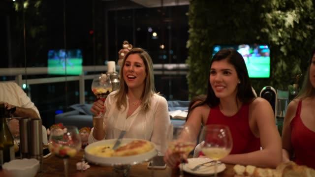 vídeos de stock, filmes e b-roll de amigos felizes que têm o divertimento no tempo do comensal em casa - comida e bebida