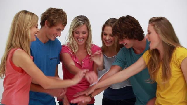 vidéos et rushes de happy friends joining their hands - bras humain