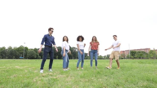 公園で一緒にジャンプ幸せな友人 - public park点の映像素材/bロール