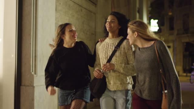 vídeos y material grabado en eventos de stock de amigos felices hablando mientras caminaba por la acera - encuadre de tres cuartos