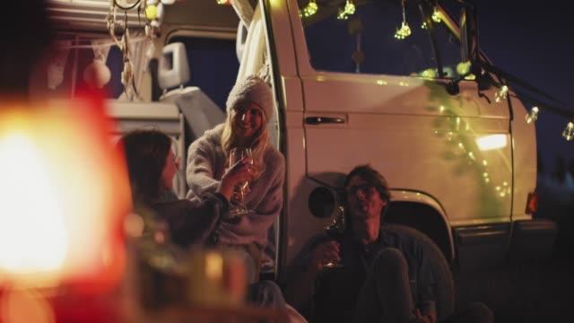 glückliche freunde, die in der nacht mit der winge mit dem lieferwagen fahren - lieferwagen stock-videos und b-roll-filmmaterial