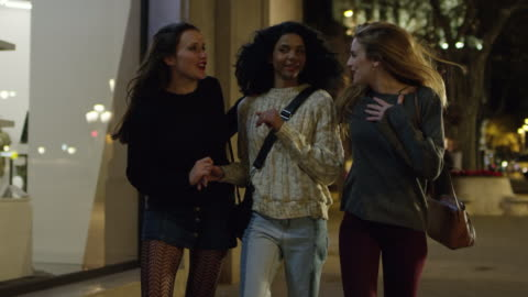 vídeos y material grabado en eventos de stock de amigos felizes caminando hacia la tienda iluminada - diversidad