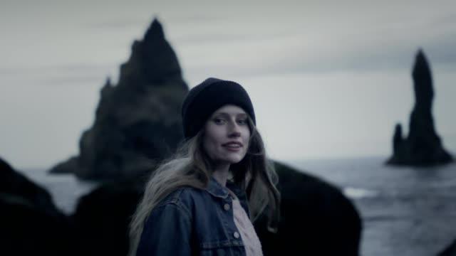 vídeos de stock e filmes b-roll de happy girl at icelandic beach - rodar